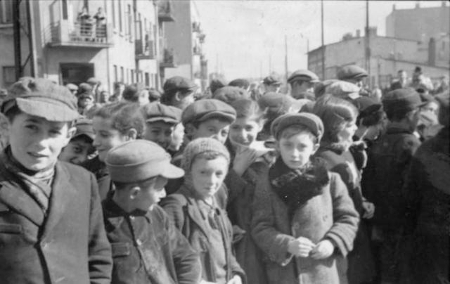 Jewish children in the Lodz ghetto in 1940. (Bundesarchiv/Wikimedia Commons)