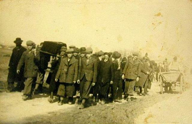 Funeral for a victim of the Hebron massacre of 1929. (Wikimedia Commons)