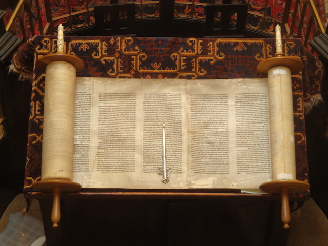Open_Torah_and_pointer