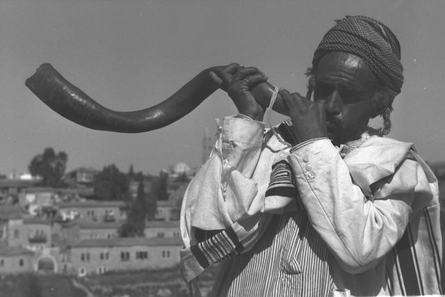 Flickr_-_Government_Press_Office_(GPO)_-_PILGRIMS_GREETED_BY_THE_BLAST_OF_THE_SHOFAR