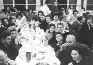 A Passover seder on a kibbutz in the 1950s. (PikiWiki Israel)