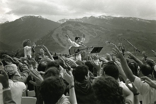 Debbie Friedman performing in Aspen, Colorado in 1996. (Courtesy of Zion Ozeri, www.jewishlens.org)