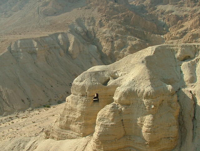 Qumran_Caves_01 (wikimedia commons)