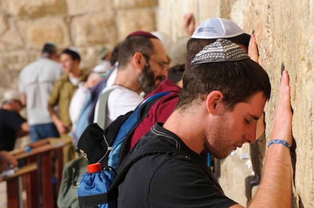 jerusalem kotel men praying western wall