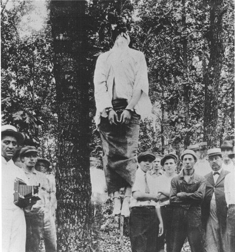 Townsfolk proudly posed for photographs next to Leo Frank's swinging corpse. (Wikimedia Commons)