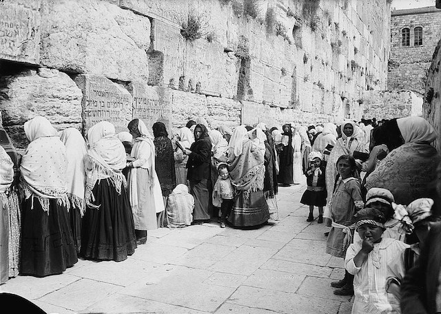 Jewish women at the Western Wall in the 1870s. (Wikimedia Commons)