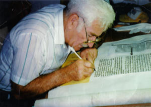 Writing_a_torah scribe sofer wikimedia