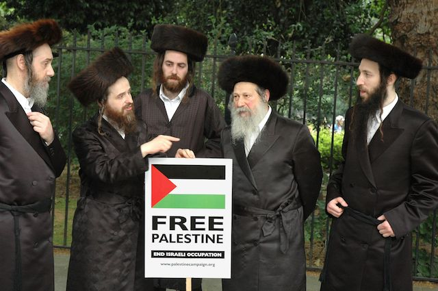 A herem was imposed on several members of the Hasidic group Neturei Karta, which is known for its anti-Israel activism (above), after leaders visited Iran. (Wikimedia Commons)