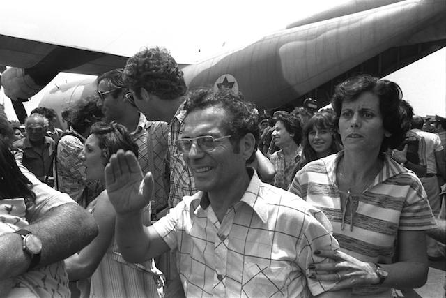 Flickr_-_Government_Press_Office_(GPO)_-_Hostages_Rescued_from_Entebbe_Airport