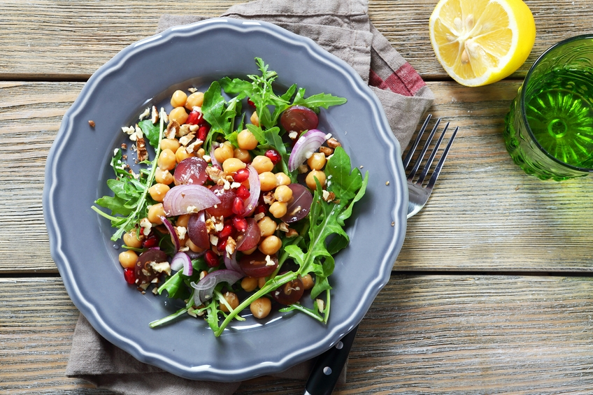 Salad with chickpeas, arugula and grapes