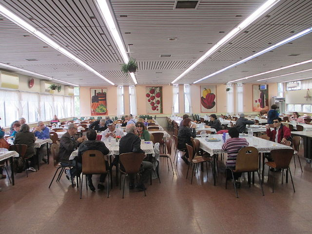 Dining hall at Kibbutz Gadot in northern Israel in 2014. (Avishai Teicher/PikiWiki Israel)