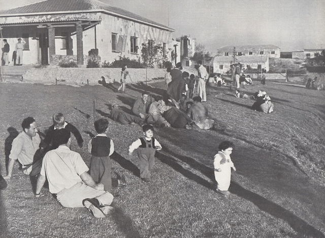 Parents and children at Kibbutz Ruhama in the Negev, between 1940 and 1950. (PikiWiki Israel)