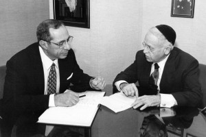 Rabbi Moshe Sherer with Mayor Mario Cuomo. Image source: LLI