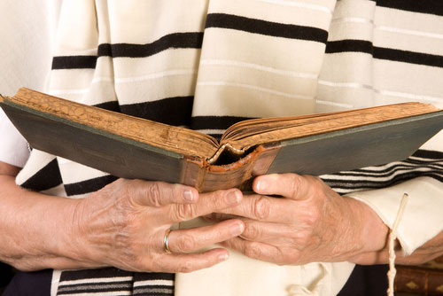 rabbi holding prayer book