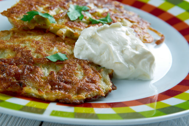 latkes w sour cream