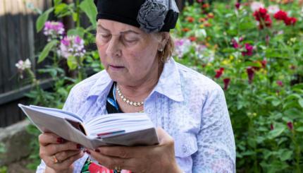Jewish woman praying.
